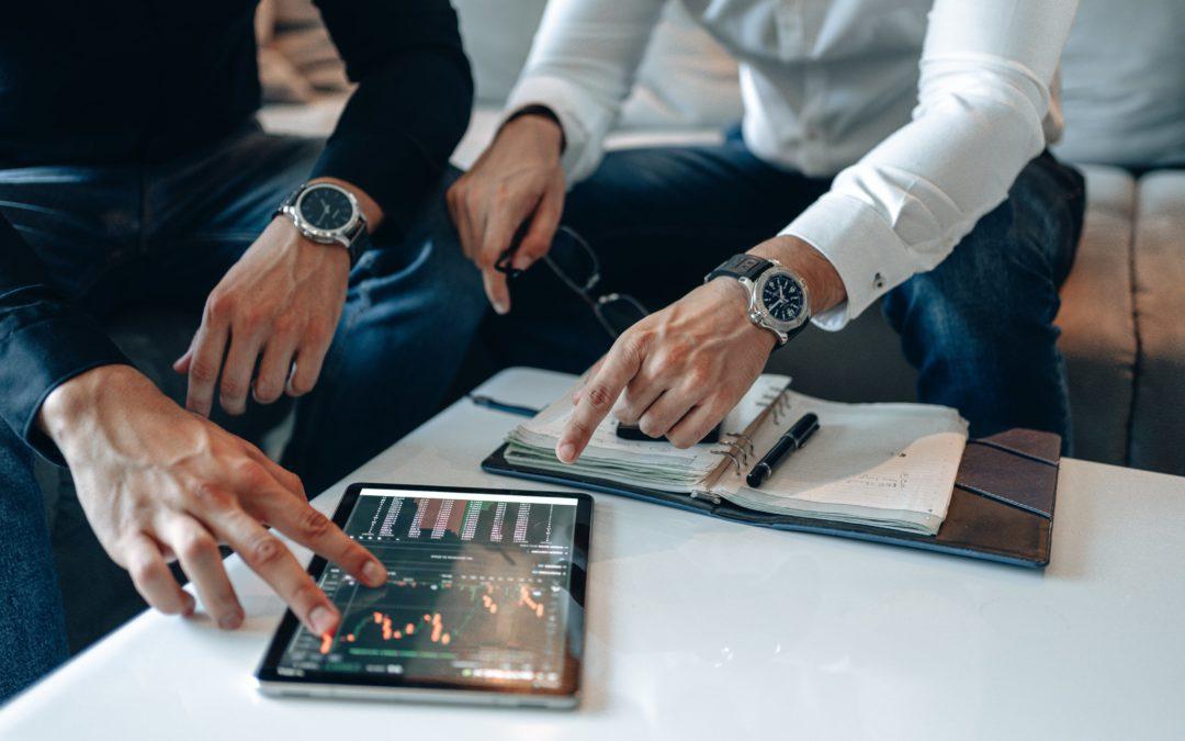 La figura del asesor financiero cerca del cliente para tomar decisiones correctas y acertadas en sus finanzas.